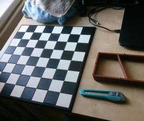 šachovnice a krabice na figurky (x)